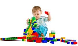 behandla som ett barn blockpojken som bygger färgrikt gulligt little Royaltyfri Bild