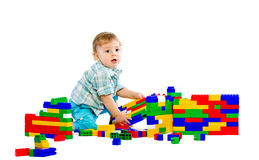 behandla som ett barn blockpojken som bygger färgrikt gulligt little Royaltyfri Foto