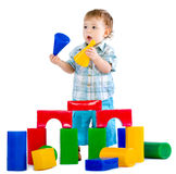 behandla som ett barn blockpojken som bygger färgrikt gulligt little Royaltyfri Fotografi
