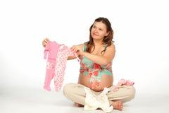 behandla som ett barn bodysuitholdinggravid kvinna Arkivbilder