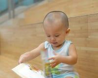 behandla som ett barn bokavläsning Arkivbilder