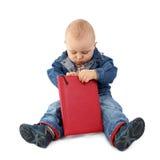 behandla som ett barn bokavläsning royaltyfri bild