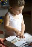 behandla som ett barn bokavläsning Royaltyfri Foto