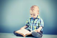 Behandla som ett barn boken Arkivfoto