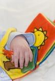 behandla som ett barn boken fem månader gammalt leka Royaltyfri Fotografi