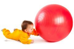 behandla som ett barn bollen Arkivbild