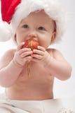 behandla som ett barn bollen som äter röd xmas Royaltyfria Foton