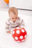 behandla som ett barn bollen som jagar flickared Royaltyfria Foton