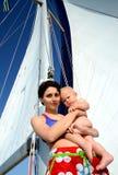 behandla som ett barn brädet segling Arkivbilder