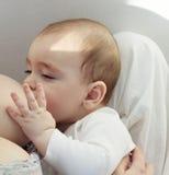 behandla som ett barn bröst som ger henne momen till Royaltyfri Foto