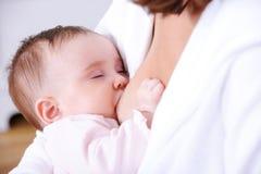 behandla som ett barn breastfeding Royaltyfri Bild