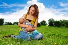 Behandla som ett barn breastfeeding Royaltyfria Foton