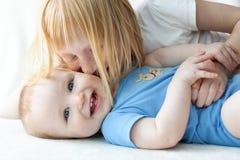 behandla som ett barn brodern henne den kyssande systern Royaltyfri Fotografi