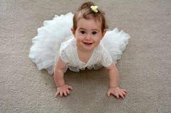 Behandla som ett barn brudtärnan på bröllopdag Royaltyfria Foton