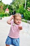 behandla som ett barn bubblor som fångar flickatvål Royaltyfri Foto