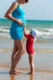 behandla som ett barn buken little den gravida touchen Royaltyfria Foton