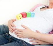 behandla som ett barn buken skära i tärningar henne gravid kvinna Royaltyfria Bilder