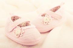 Behandla som ett barn bytar skor för nyfödd flicka Royaltyfria Foton