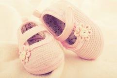 Behandla som ett barn bytar skor för nyfödd flicka Arkivfoton