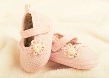 Behandla som ett barn bytar skor för nyfödd flicka Arkivbilder