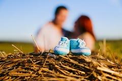 Behandla som ett barn byten och gravida par i fältet royaltyfria foton