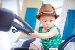 Behandla som ett barn chauffören arkivbilder