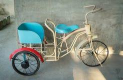 Behandla som ett barn cykeln med hjul 3 Vitnage metallTri-cirkulering leksak arkivbild
