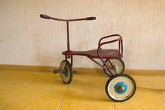 Behandla som ett barn cykeln med hjul 3 Vitnage metallTri-cirkulering leksak arkivfoto