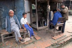 behandla som ett barn dalen f?r kl?derkathmandu den nationella nepal protrait fotografering för bildbyråer