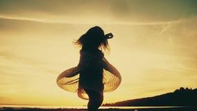 Behandla som ett barn dansen och tycka omnaturen på solnedgång Kontur för barn` s långsam rörelse arkivfilmer