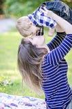 behandla som ett barn den älska modern arkivfoto