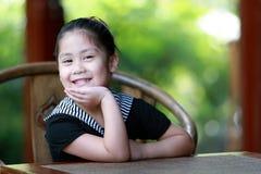 behandla som ett barn den älskvärda flickan fotografering för bildbyråer