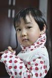 behandla som ett barn den älskvärda kinesen Royaltyfria Bilder