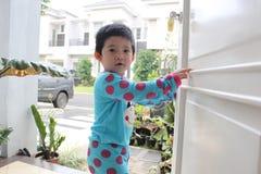 behandla som ett barn den öppna dörren ilar Arkivfoton