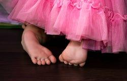 Behandla som ett barn den övre bilden för slutet av gulligt fot arkivfoton