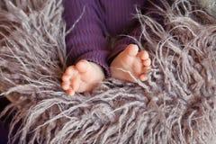 Behandla som ett barn den övre bilden för slutet av nyfött fot Arkivbilder