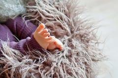 Behandla som ett barn den övre bilden för slutet av nyfött fot Royaltyfri Fotografi