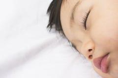 Behandla som ett barn den övre framsidan för slutet av att sova arkivfoton