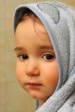 behandla som ett barn den allvarliga ståenden royaltyfria bilder