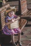 Behandla som ett barn den asiatiska flickan, medan vänta på drevet Royaltyfria Foton