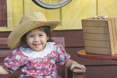 Behandla som ett barn den asiatiska flickan, medan vänta på drevet Arkivbilder