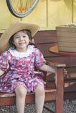 Behandla som ett barn den asiatiska flickan, medan vänta på drevet Royaltyfri Fotografi