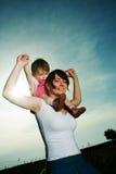 behandla som ett barn den bärande kvinnan Royaltyfri Fotografi