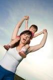 behandla som ett barn den bärande kvinnan Arkivbild