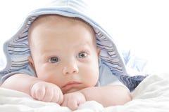 behandla som ett barn den blåa pojkehoodien Royaltyfria Foton