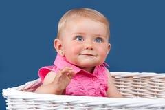 behandla som ett barn den blåa synade flickaståenden Arkivfoton