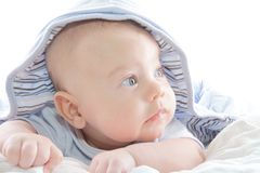 behandla som ett barn den blåa pojkehoodien Fotografering för Bildbyråer