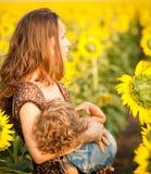 behandla som ett barn den breastfeeding kvinnan Arkivfoto