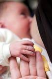 behandla som ett barn den breastfeeding modern Royaltyfria Foton
