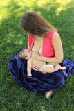 behandla som ett barn den breastfeeding modern Royaltyfri Bild